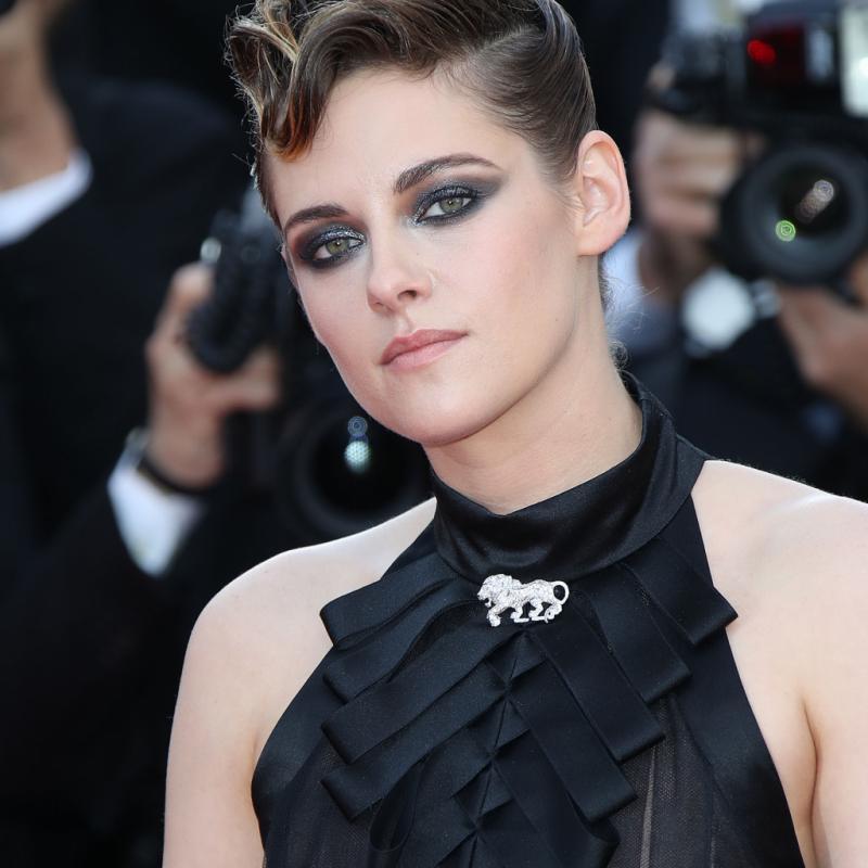 Tout comme pour sa mise en beauté et sa tenue, Kristen Stewart a fait confiance à la maison Chanel pour ses pièces de joaillerie. Elle porte notamment une broche en forme de lion, l'animal fétiche de Gabrielle Chanel. Cannes, le 8 mai 2018.