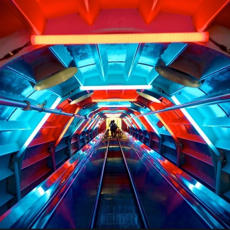 Symbole incontournable de Bruxelles, l'Atomium anime de lumières colorées ses escalators reliant les différentes sphères de la construction entre elles. S'ils étaient autrefois les plus longs d'Europe avec leurs 35 mètres, ils restent aujourd'hui l'attraction phare du monument grâce à leurs impressionnants jeux de lumières. © Expedia.be