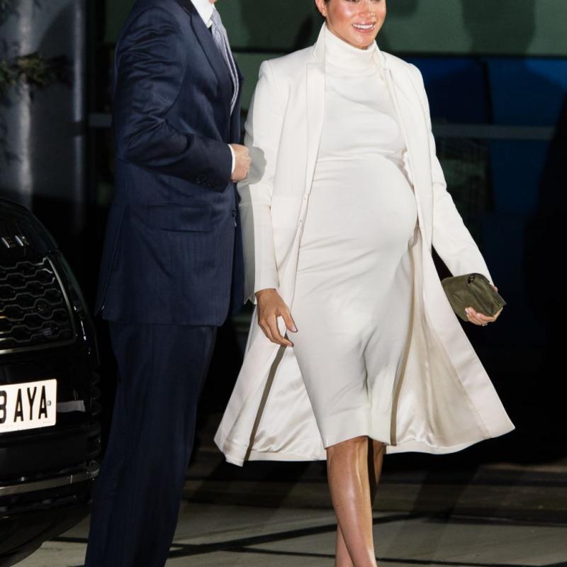 L'ensemble entièrement blanc a remporté un énorme succès auprès des fans, recueillant 341k Likes sur les réseaux sociaux. La robe sur mesure de Calvin Klein était parfaitement assortie à son manteau Amanda Wakeley.