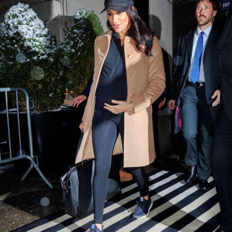 Si on a souvent l'habitude de voir la duchesse de Sussex dans des robes chics et élégantes, c'est dans un look très sporty que Meghan Markle est apparue à l'aéroport lors de sa baby shower. Enceinte de sept mois, elle avait opté pour un legging, une veste de sport, des sneakers Adidas et une casquette. Un look décontracté qui lui allait à merveille et qui lui a valu 272 K Likes.