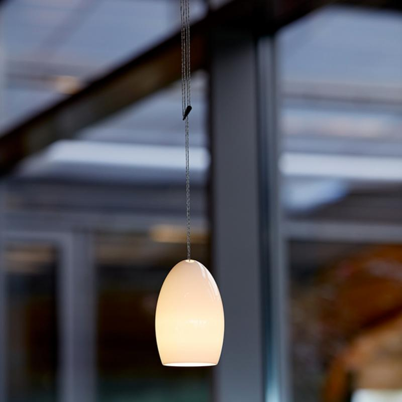 Le modèle Oh China de Tobias Grau. EricDesmyttère: J'aime ce lustre ovoïde enporcelaine, avec une lumière LED, maisunrendu extrêmement doux.