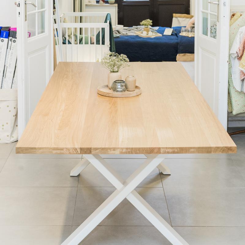Table en chêne massif, pieds en acier noir ou blanc, MIEU, de 1537€ à 2450€.