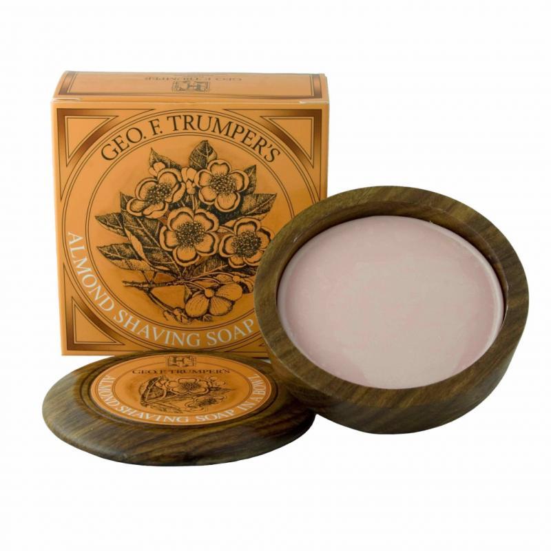 On craque pour l'Almond Shaving Soap de Geo. F. Trumper, une version luxueuse du savon de rasage. Délicieusement parfumé et enrichi de glycérine, il contribue à nourrir et à protéger la peau contre l'irritation et le feu du rasage. 28 €