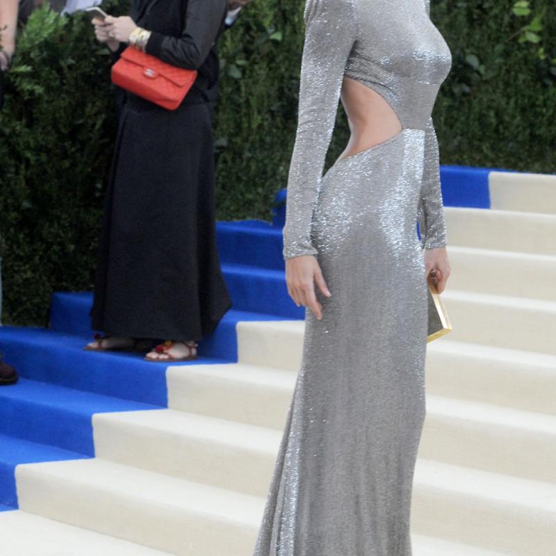 Gisele Bündchen - Stella McCartney Vêtue d'une robe argentée scintillante signée Stella McCartney, le top brésilien de 36 ans était ravissante au bras de son mari, Tom Brady, avec qui elle a été nommée hôte de la soirée.
