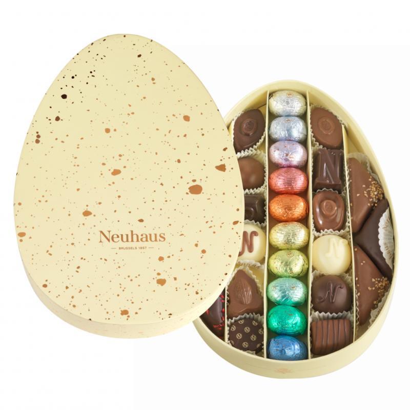"""Assortiment de 28 oeufs de Pâques et pralines au chocolat fondant, lait et blanc. <a href=""""http://www.neuhauschocolates.com"""">www.neuhauschocolates.com</a>"""