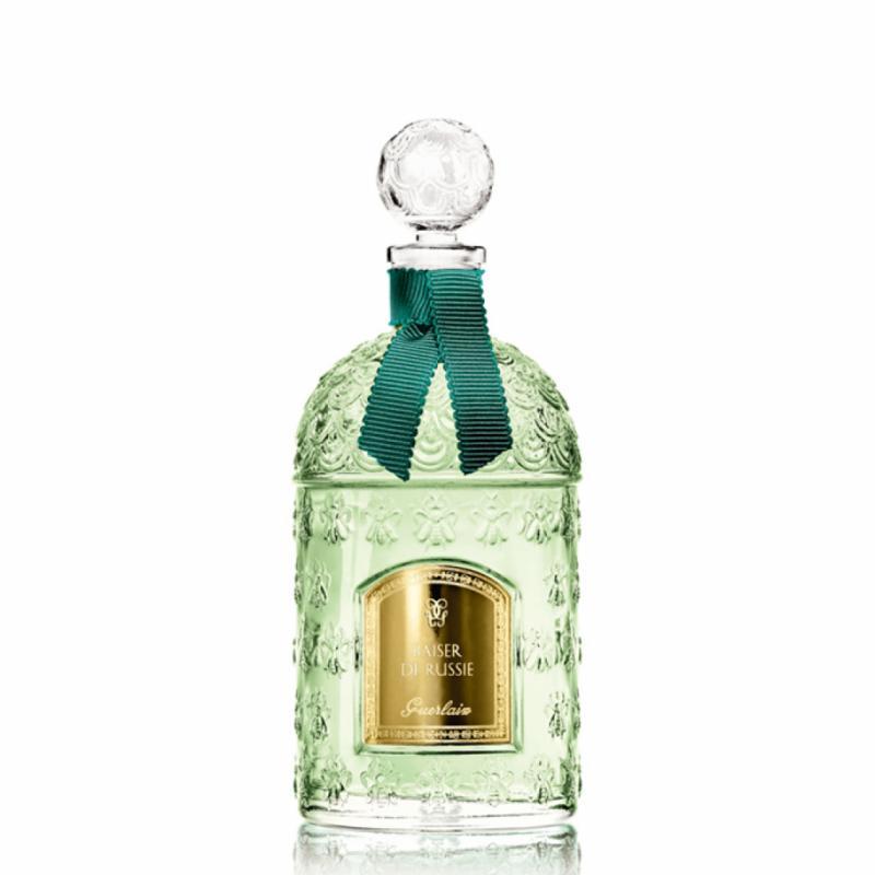 Un baiser parfumé au jasmin et aux aiguilles de pin.
