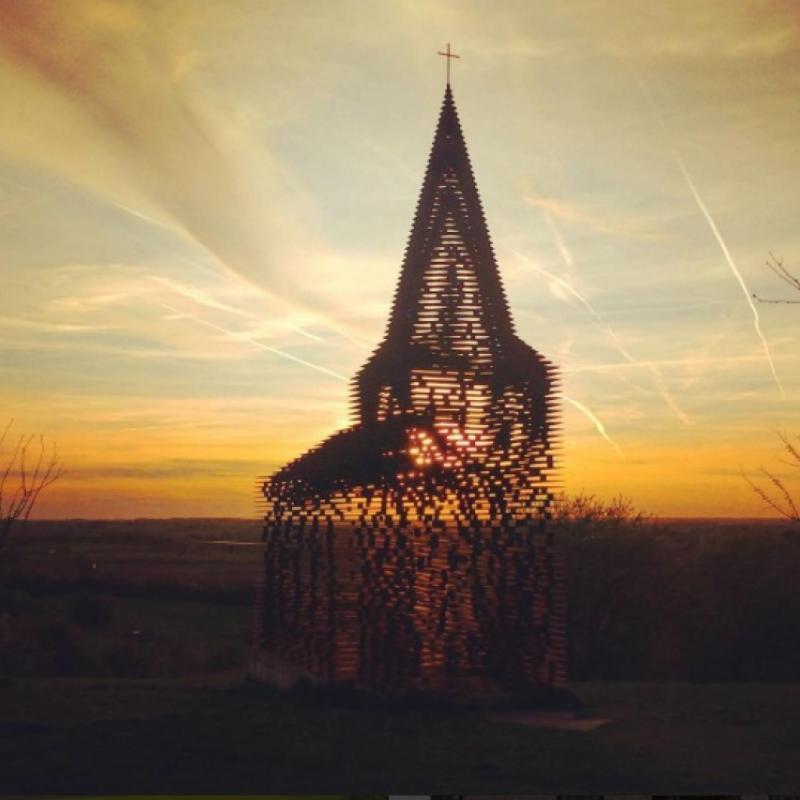 Petite merveille méconnue de notre pays, cette église créée en trompe-l'-œil par Pieterjan Gijs et Arnout Van Vaerenbergh, deux architectes belges, séduit de nombreux passants par son design intriguant. Sa particularité ? Elle disparaît du paysage selon l'angle de vue de l'observateur. Comme par magie ! © Instagram : heylenpeter
