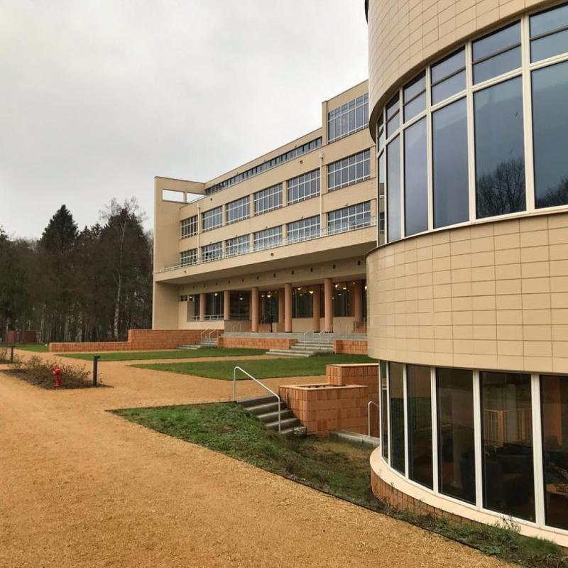 Le sanatorium situé à Overijse, était autrefois un hôpital ainsi qu'une maison de repos durant les années 60. Aujourd'hui en vous promenant dans les bois qui l'entourent, vous risquez de rencontrer différentes âmes provenant d'anciens patients. On espère que vous avez le coeur bien accroché !