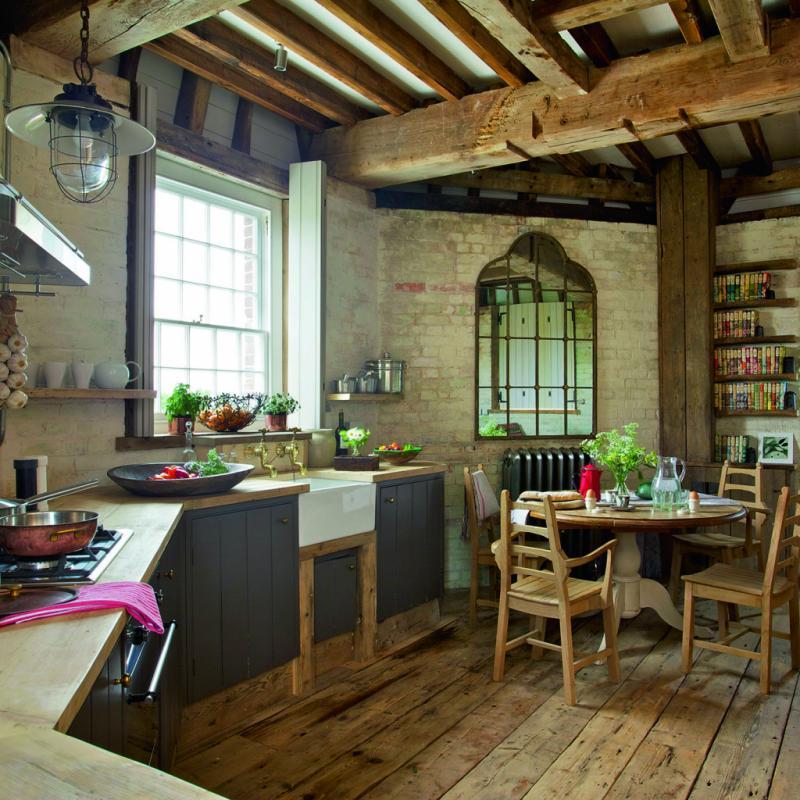 Meunier, tu dors… La comptine fait sens lorsqu'on pénètre dans ce vieux moulin du Kent, en Angleterre. Soigneusement rénovée, la bâtisse ancienne, dont les rouages de bois sont toujours apparents, inspire sérénité et intemporalité. Le moulin est diviséen plusieurs étages fonctionnels : une chambre à coucher au look épuré, une salle de bains moderne, un séjour boisé et une terrasse circulaire. Romantique à mort.<em><strong>Benenden, Grande-Bretagne. À partir de 101€/nuit/personne.</strong></em>