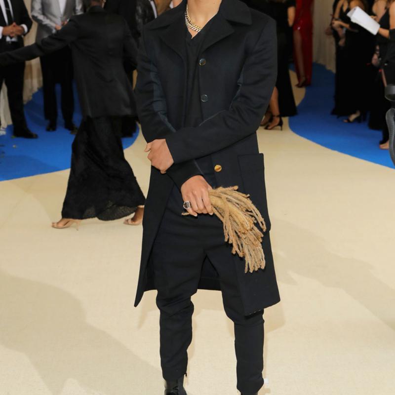Jaden Smith - Louis Vuitton Il avait dû se séparer de ses cheveux pour des raisons professionnelles, mais de toute évidence, le fils de Will Smith y tenait vraiment. Il est en effet arrivé sur le tapis rouge avec un accessoire on ne peut plus attendu : ses propres dreadlocks à la main !