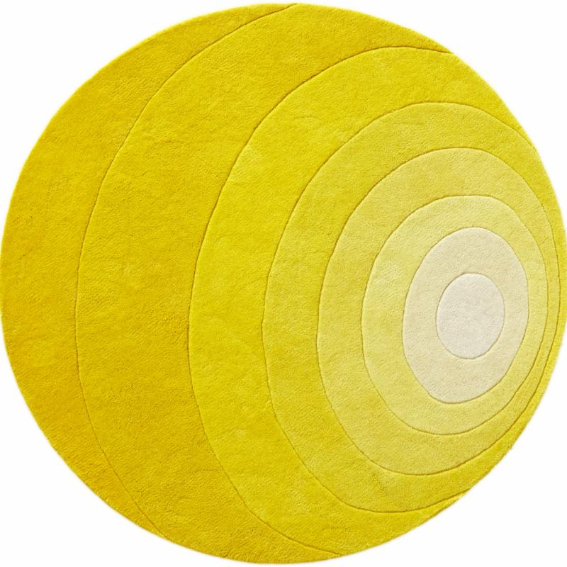 """Luna, tapis en laine qui reprend les motifs imaginés par Verner Panton (diamètre: 120cm), 325€. Verpan chez Made in design. <a href=""""http://www.verpan.com"""">www.verpan.com</a> et <a href=""""http://www.madeindesign.com"""">www.madeindesign.com</a>."""