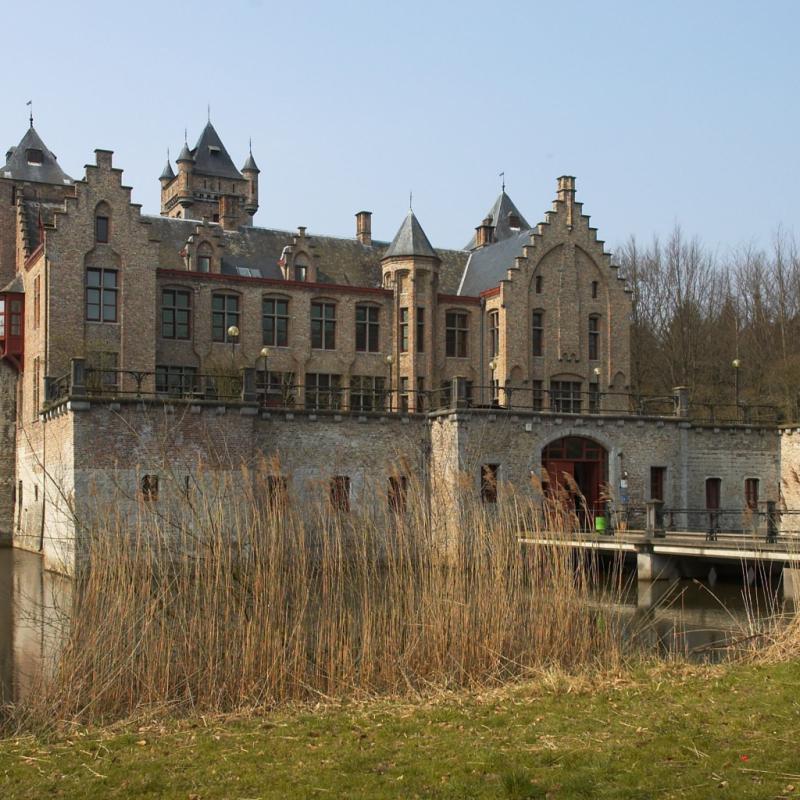 """Perdez-vous dans les parcs autour des châteaux de Bruges. Bordé par l'eau et la verdure, le château de Tillegem vaut à lui seul le détour. / <a href=""""http://www.brugseommeland.be"""">www.brugseommeland.be</a>."""