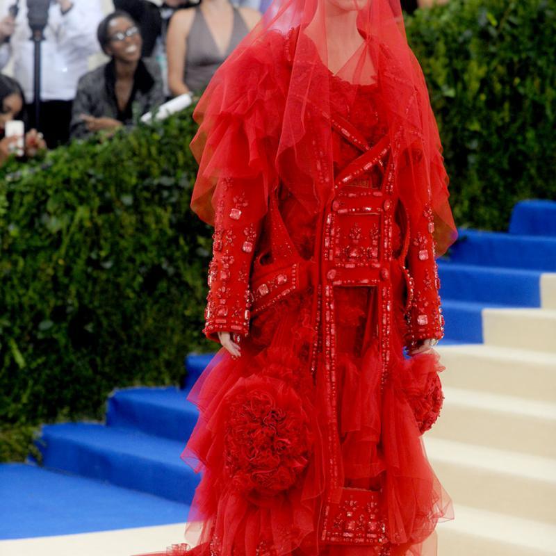 Katy Perry - Maison Margiela Impossible de rater le passage de Katy Perry sur le tapis rouge avec sa robe improbable et son très long voilage rouge signée John Galliano. Ce qui a le plus marqué les esprits ? Sans aucun doute son front orné d'une broderie portant le mot « Witness » qui semble dévoiler le titre de son nouvel album.