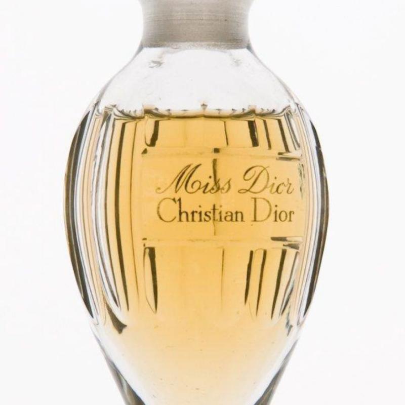 Le flacon original de 1947, une amphore en cristal de Baccarat dessinée par Fernand Guéry-Colas.