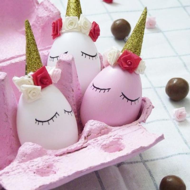 Parce que si le lapin de Pâques vous amène les œufs en chocolat, les licornes de Pâques apporteront quant à elles la touche de féérie dont vous aurez besoin pour émoustiller vos têtes blondes. Alors, sortez les paillettes et armez-vous d'une boîte à œuf vide, d'œufs et de peinture de couleur rose et blanche (en bombe de préférence), et laissez aller à votre imagination. Pour réaliser les cornes, découpez de petits triangles dans du papier glitter. Fixez-les ensuite sur le dessus de vos œufs. À l'aide d'un feutre noir, personnalisez encore un peu plus vos têtes de licornes.