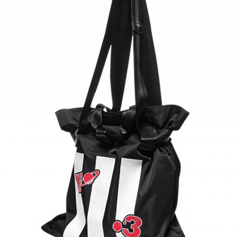 """Tote Bag en nylon imprimé Y-3, 190€ sur <a href=""""http://www.luisaviaroma.com"""">www.luisaviaroma.com</a>"""