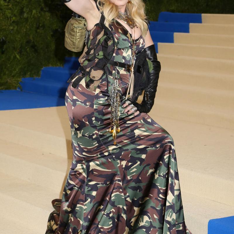 Madonna - Moschino Bien que sa robe soit de camouflage, la chanteuse de « Like A Virgin » n'est pas passée inaperçue sur le tapis rouge. Avec ses épaulettes à scratch façon sac à dos et sa gourde faisant office de pochette, Madonna est parée pour l'armée mais certainement pas pour les podiums.