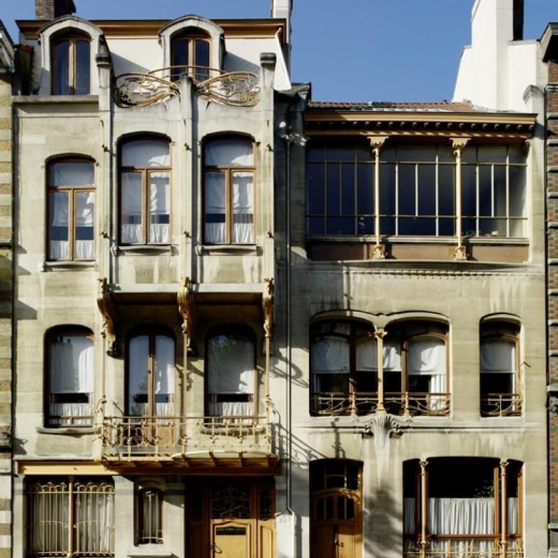 Bien connu de tous les Bruxellois, la maison Horta est un édifice bruxellois situé dans la commune de Saint-Gilles, devenu depuis lors, le musée Horta. L'immeuble se divise en deux parties : d'un côté, l'habitation personnelle de Victor Horta, de l'autre, son atelier. Deux bâtiments très caractéristiques de l'Art nouveau à son apogée. La musée est ouvert le week-end de 11h à 17h30.