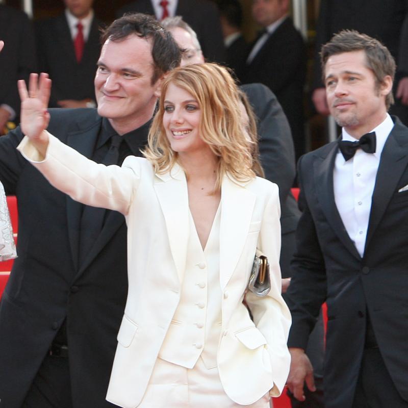 Mélanie Laurent gravit en 2009 les marches du festival de Cannes au bras de Quentin Tarantino dans un incroyable smoking blanc sur peau nue. Inoubliable.