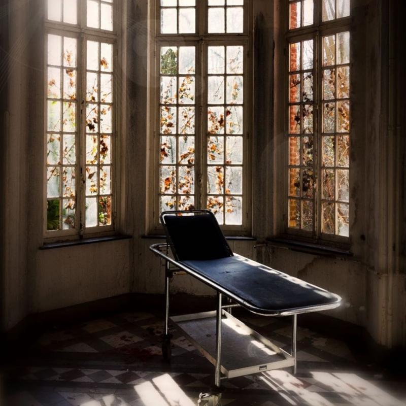 Cet ancien hôpital psychiatrique aconservé un bâtiment qui est encore accessible aux plus curieux ! Chaussures, flacons, lits ancrés au sol vous donneront des frissons !
