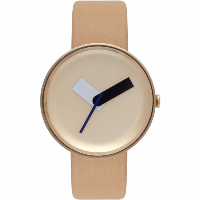 """Le designer britannique Samuel Wilkinson a dessiné la montre Mòltair pour la jeune marque écossaise Nomad.Le cadran archisobre de cette montre unisexe sur lequel trônent des aiguilles surdimensionnées propose trois combinaisons de couleurs (noir, acier, or).<em>Mòltair x Samuel Wilkinson, Nomad, boîtier en acier inoxydable 41 mm, mouvement à quartz, verre minéral biseauté, bracelet en cuir bio, 215€, <a href=""""http://www.nomadwatches.com"""">www.nomadwatches.com</a></em>"""