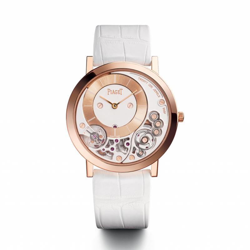 """La famille Altiplano représente un tiers des ventes en volume et en valeur chez Piaget. La manufacture s'est donc concentrée sur les montres extraplates, notamment avec l'Altiplano 900P. On peut admirer la fusion du calibre et de l'habillage de cette édition limitée à 200 pièces. <a href=""""http://www.piaget.com"""">www.piaget.com</a>"""