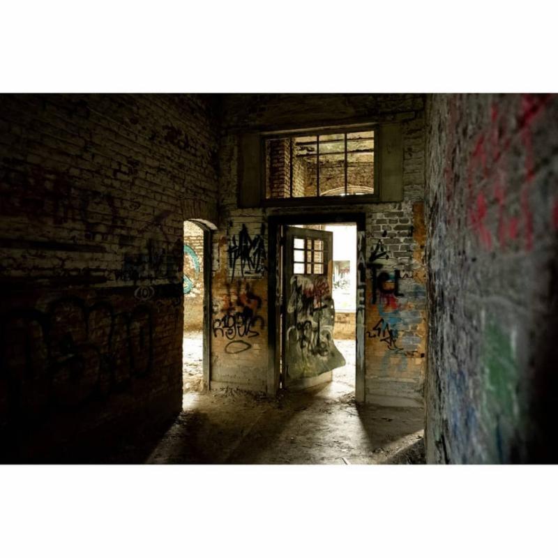 Utilisé dans un premier temps comme prison et ensuite comme hôpital durant la guerre 40/45, ce fort est aujourd'hui laissé à l'abandon. Une certainetension, et une ambiance sinistre se font ressentir quand on explore les lieux.