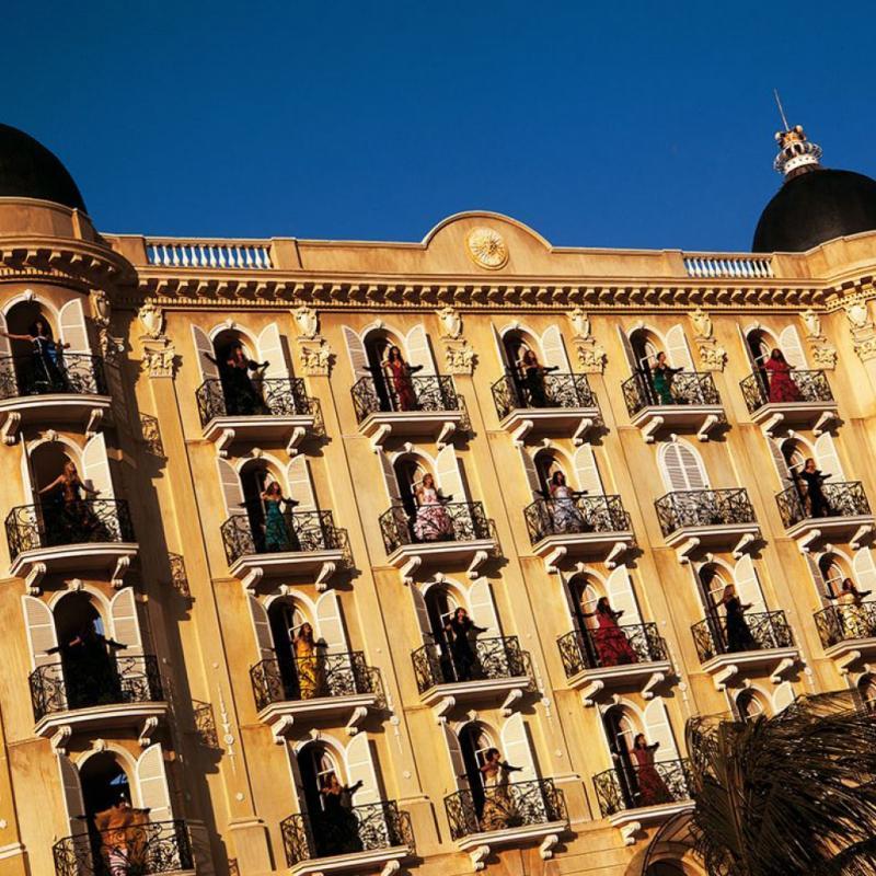 La façade de l'hôtel Negresco à Nice reproduite presqu'à l'identique dans un petit village près de Rio.