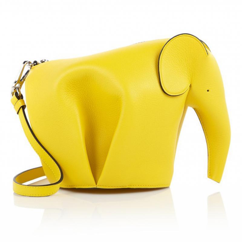 """Sac à bandoulière éléphant Loewe, 990€ sur <a href=""""http://www.mytheresa.com"""" target=""""_blank"""">www.mytheresa.com</a>."""