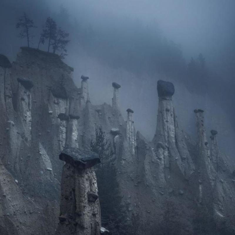 Ces tours de sable naturelles, coiffées de grosses pierres, sont connues sous le nom de pyramides terrestres de Platten. Elles sont situés dans la région du Tyrol du Sud, en Italie du Nord. Formées il y a des siècles après plusieurs tempêtes et glissements de terrain, ces formations terrestres ressemblent à un paysage d'un autre monde. PHOTOGRAPHIE DE MARCO GRASSI.