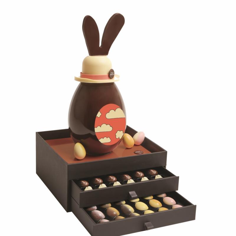 Œuf en chocolat noir maison surplombé de son chapeau melon en chocolat blanc. Exclusivement disponible en boutiques. Voir les boutiques sur : https ://be.marcolini.com.