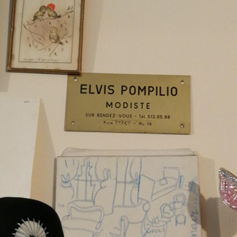 Elvis aime dire qu'il est modiste, plutôt que créateur de chapeaux. Comme pour souligner le caractère artisanal de son approche.