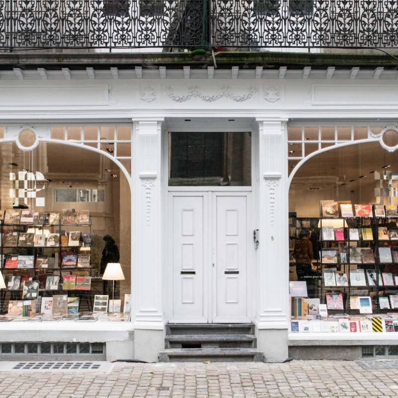 """Pour leurs livres d'art.<br />10, rue du Tabellion, 1050. <a href=""""http://www.peinture-fraiche.be"""">www.peinture-fraiche.be</a>"""