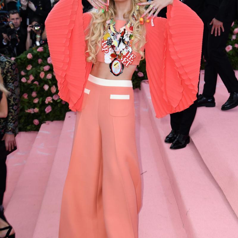 L'actrice américaine Elle Fanning avait tout d'une Barbie girl dans son crop top Miu Miu et son pantalon pattes d'eph' assorti lors de ce MET Gala 2019