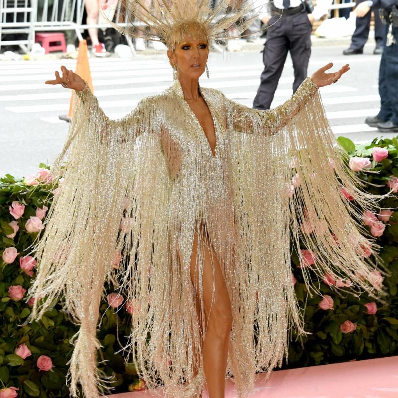 Céline Dion arborait une robe à sequins scintillante signée Oscar de la Renta ainsi qu'une coiffe en plumes