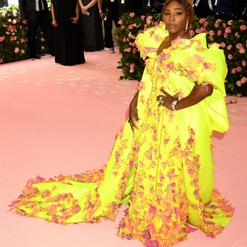 Serena Williams a osé le total look fluo puisqu'elle est apparue dans une robe Atelier Versace de couleur jaune et des sneakers Off-White x Nike jaune fluo