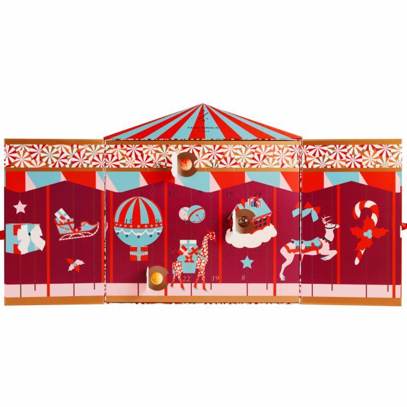 Tel un livre géant, le calendrier de l'Avent s'ouvre pour faire apparaître les personnages féériques d'un carrousel de Noël. Déclinaisons de pralinés, les bonbons de chocolats ont été sélectionnés par Pierre Marcolini pour offrir l'essence de 24 moments de plaisir... et attendre patiemment l'arrivée du Père Noël.