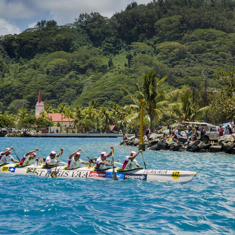 En compétition, plus d'une centaine de pirogues. Aux yeux des Polynésiens, c'est un peu l'équivalent du Tour de France.