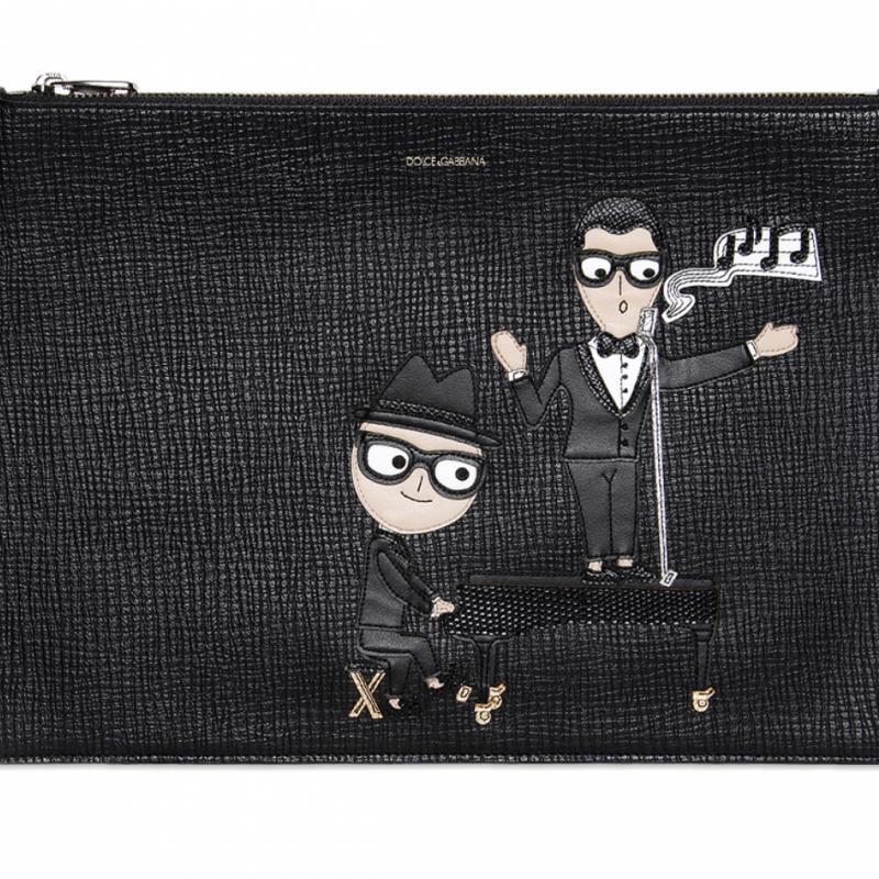 "Pochette en cuir grainé Dolce &amp; Gabbana, 545€ sur <a href=""http://www.luisaviaroma.com"">www.luisaviaroma.com</a>"