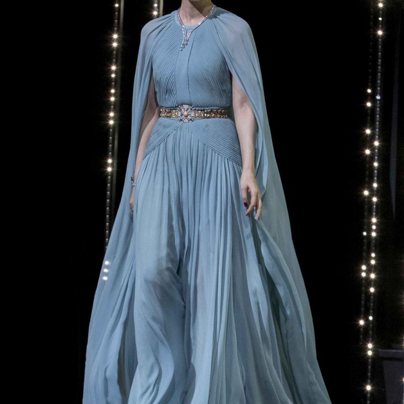 Comme à son habitude, la chanteuse et actrice chinoise a su allier avec brio originalité et élégance dans sa longue robe-cape aérienne signée Elie Saab. © Reporters.