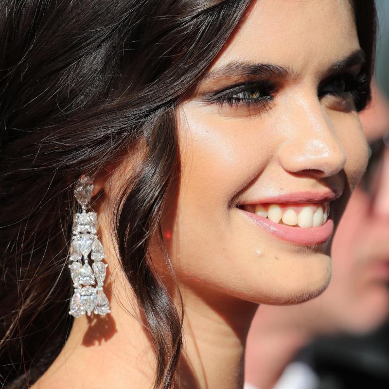 La top modèle portugaise Sara Sampaio en bijoux De Grisogono à la montée des marches du film « Les fantômes d'Ismaël ».