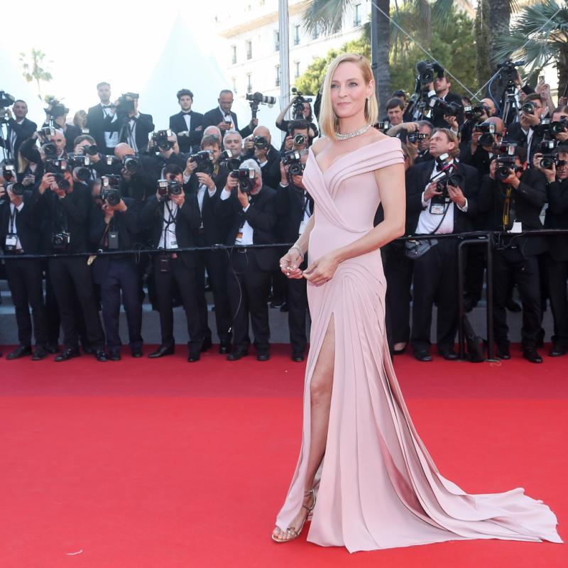L'actrice de Kill Bill, présidente de jury de la sélection « Un certain Regard » était ultra glamour dans sa robe rose hollywoodienne poudrée signée Atelier Versace. © Reporters.