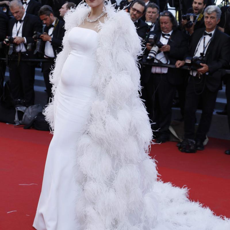 L'actrice thaïlandaise plus connue sous le nom de Chompoo, était resplendissante dans sa longue robe blanche, coupe sirène, signée Ralph & Russo. Surplombée par une cape de soie, couverte de cristaux et de plumes d'autruches, cette robe sublime parfaitement son beau ventre de femme enceinte. © Reporters.