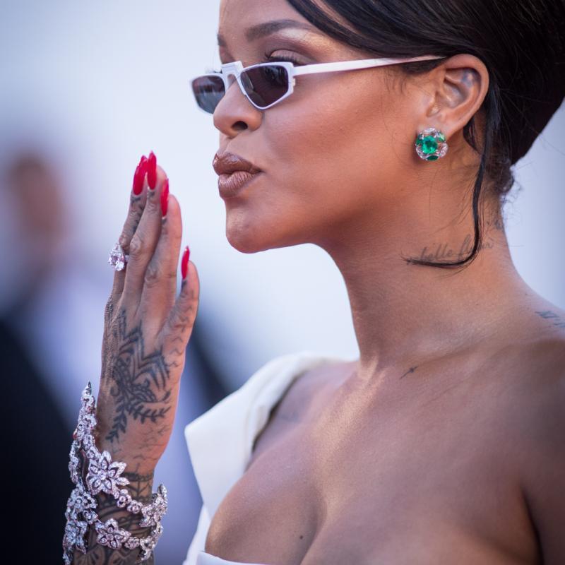 La chanteuse barbadienne Rihanna en bijoux chopard à la montée des marches du film « Okja ».