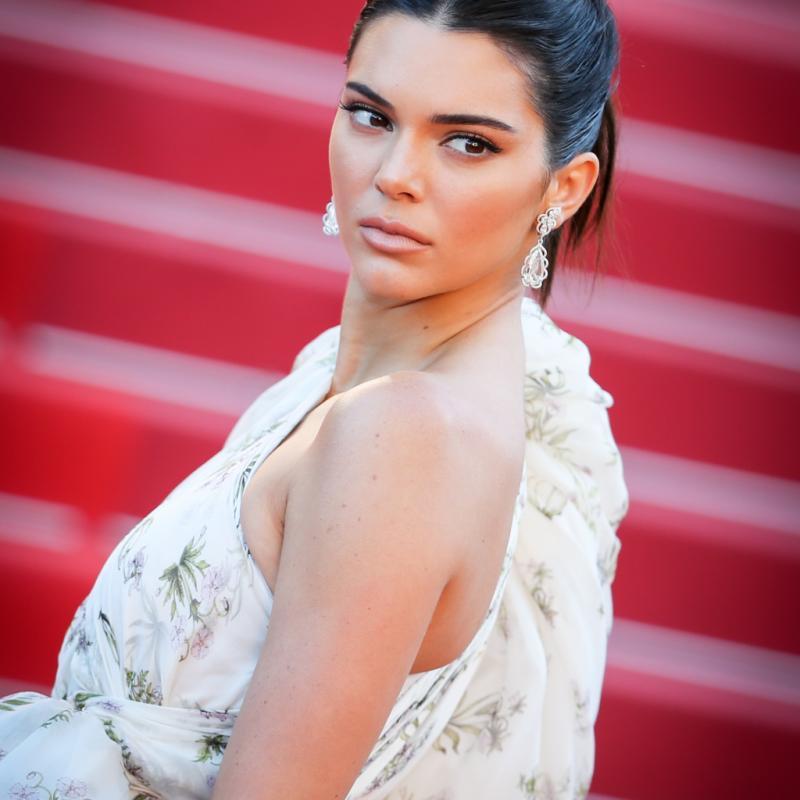 La mannequin américaine Kendall Jenner en bijoux Chopard à la montée des marches du film « 120 battements par minute ».
