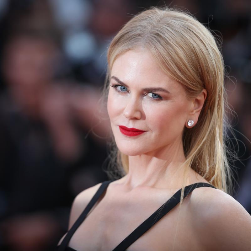 L'actrice et productrice de cinéma australo-américaine Nicole Kidman en bijoux Harry Winston à la montée des marches du film « The killing of a sacred deer ».
