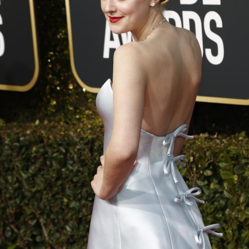 L'actrice américaine Dakota Fanning ressemblait à une reine de la glace avec une longue robe élégante faite sur mesure, Armani Prive. Elle portait des bijoux Beladora et Neil Lane, des talons Jimmy Choo et un sac Christian Louboutin. De quoi faire sensation.