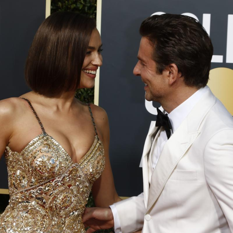 Le couple qui a le plus fait sensation lors de ces Golben Globes est sans aucun doute Bradley Cooper et le top model Irina Shayk. Main dans la main, ils sont apparus plus rayonnants que jamais, elle, vêtue d'une robe ornée de cristaux légèrement fendue et incroyablement sexy de la maison Versace, lui, dans un costume immaculé blanc signé Gucci.