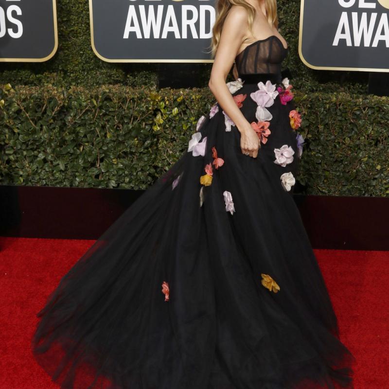 Heidi Klum a fait son apparition sur le tapis rouge, accompagnée de son fiancé Tom Kaulitz, le musicien du groupe Tokyo Hotel. Elle portait une robe noire à fleurs signée Monique Lhuillier, tandis que Tom Kaulitz a préféré opter pour un look plus classique avec un smoking noir.