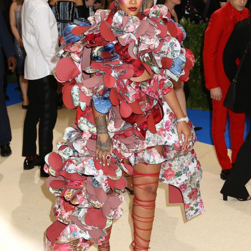 Rihanna - Comme des Garçons Avec sa tenue signée « comme des garçons », la diva des Barbades remporte la palme de la tenue la plus excentrique. Entre maquillage rose à outrance et robe inqualifiable aux pétales colorées en tissu, Rihanna a éclipsé toutes les autres.